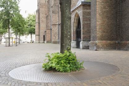 Straatmeubilair en boomroosters Kerkplein