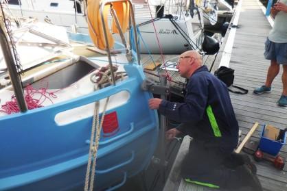 Montage stuurautomaat zeilschip